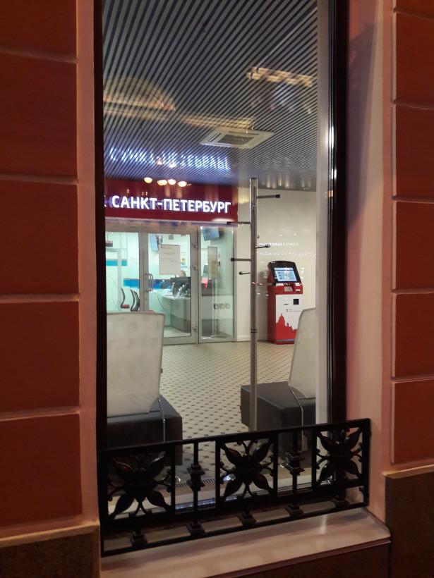 Окно, через которое виден вход в банк и банкомат