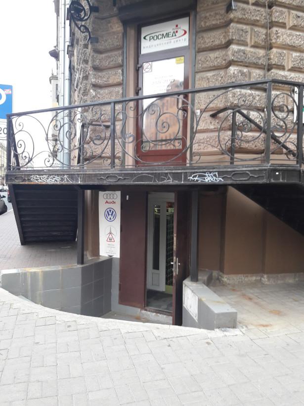 Лестницы, ведущие наверх и вниз к дверям, расположенным друг над другом