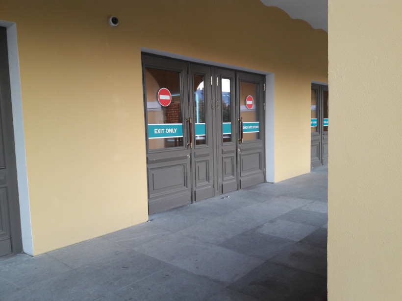 Дверь с надписью «Exit only»