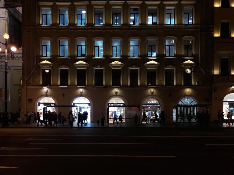 Пять входов в магазины на одинаковом расстоянии друг от друга
