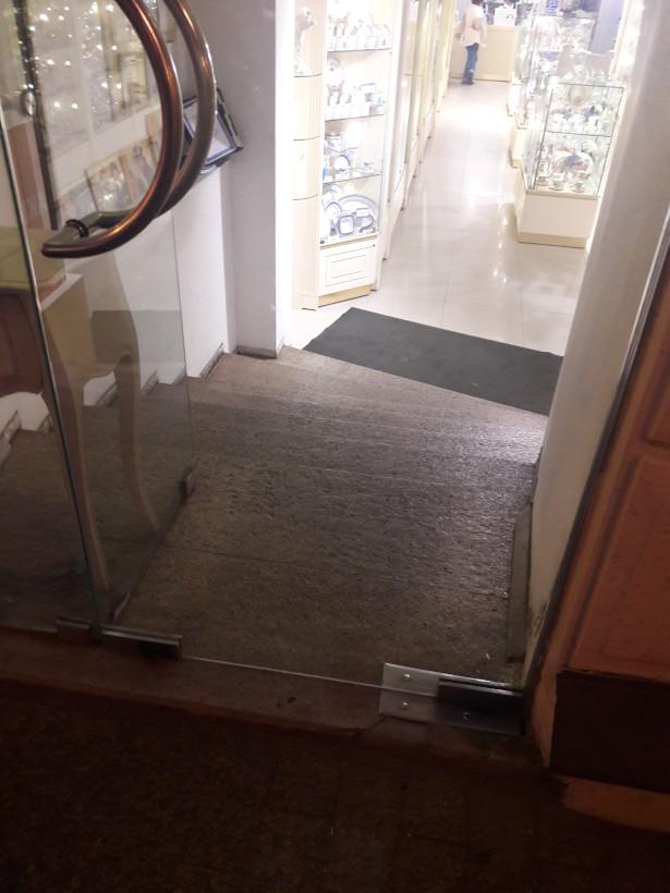 Дверь, за которой несколько ступенек вниз