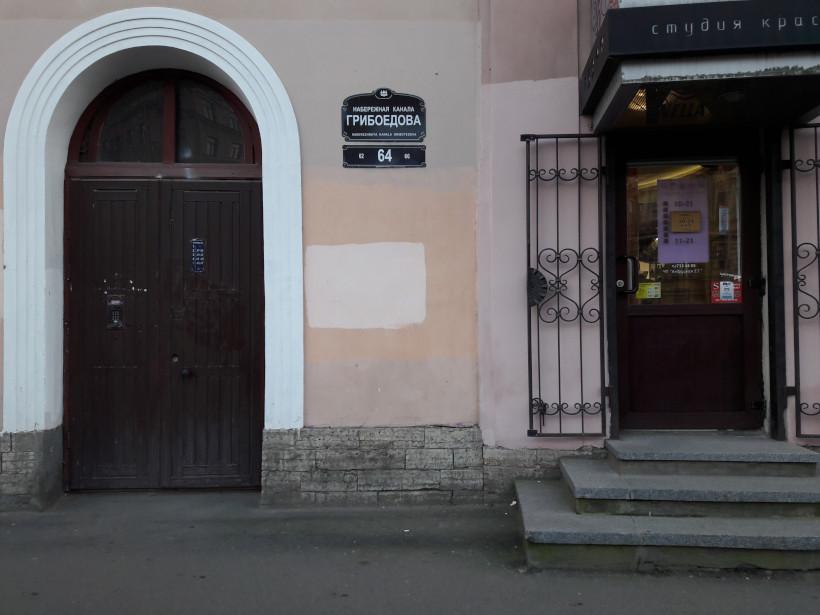 Дверь на лестницу и дверь в заведение