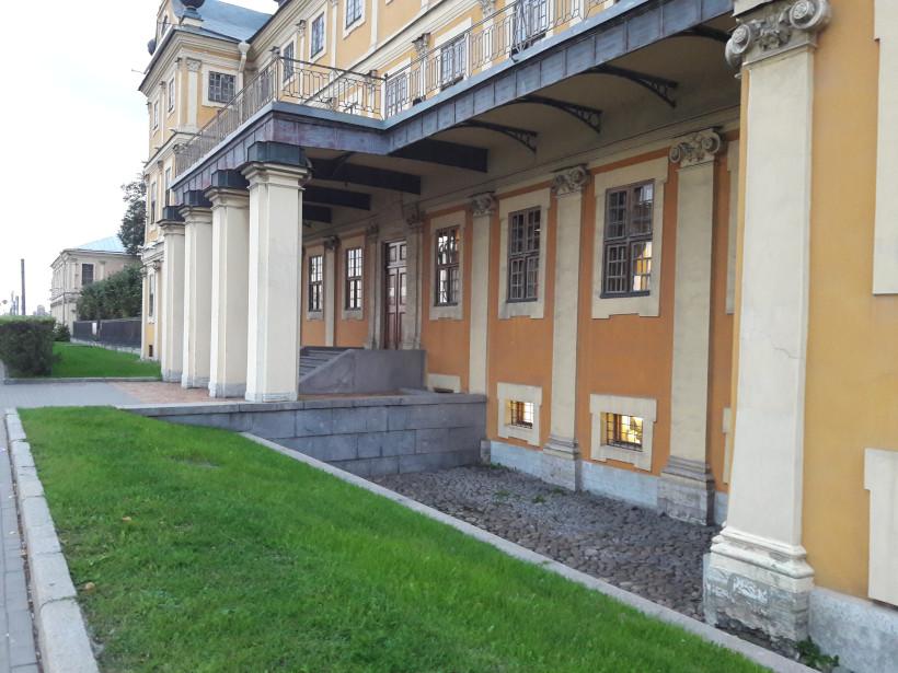 Понижение уровня земли перед дворцом