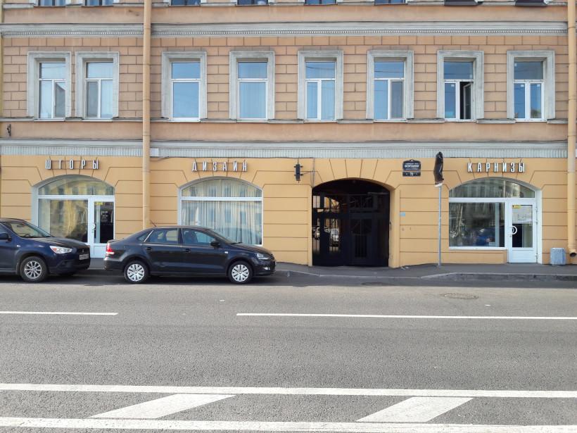 Два входа в магазин, между которыми арка